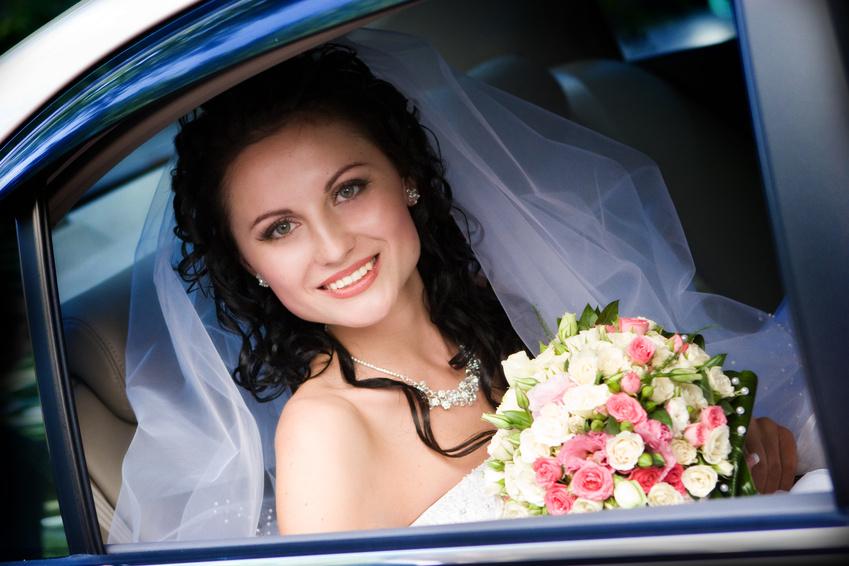 Ohrringe im Blüten-Design unterstreichen den Romantik-Look.