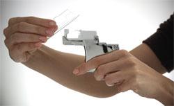 So setzt Ihre Ohrlochstech-Spezialistin die Kartusche mit den sterilen Ohrsteckern in das Studex System 75 ein.