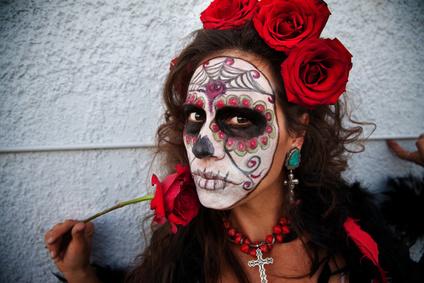 Halloween Ohrringe tragen zum authentischen Look dieser Todesbraut bei